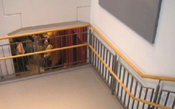 Dguv Information 215 112 Barrierefreie Arbeitsgestaltung 8 Treppen 8 3 Handlaufe Und Gelander